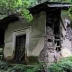 朽ち果てた集落と廃屋